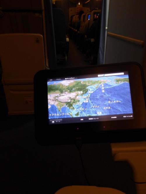 やっぱり飛行機の中で寝るのが苦手なんです。<br />飲んだら寝れるかと思って、千歳でも羽田でも機内でもビールをいただきましたが、全然眠れません…。<br />長い長い夜を過ごします…。