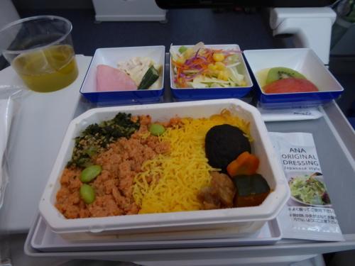 機内が明るくなって、朝ご飯!<br />お腹がすいているわけではないのですが、明るくなるのが待ち遠しかったです。<br />眠くもないのに薄暗い中、静かにしているのは苦痛です…。