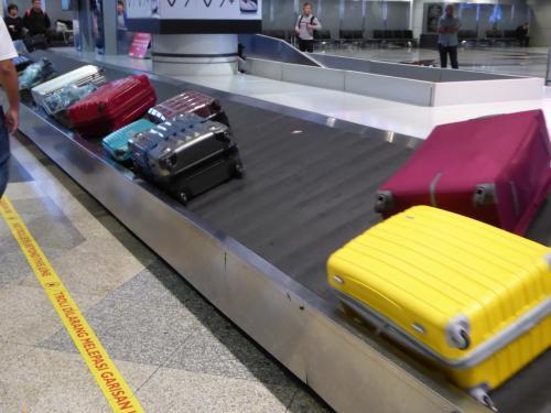 まもなく預けた荷物が流れてきましたが、この辺りはマレーシアもタイも似た感じ(笑)<br />日本が特別かもしれませんが…。