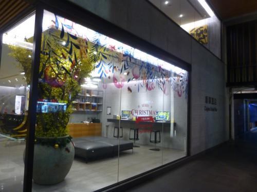 松山空港(TSA)に予定では21:00着でしたが、<br />少し早く到着しました。<br />カウントダウンイベント前なので、空港で両替をして、両替した台湾ドルで悠遊カードを購入し、100元チャージしました。<br />MRTに乗って、急いで、ホテルへ。<br />MRT中山國中駅は松山空港駅の隣で、ホテルまでは、駅から3、4分なので、チェックインや荷物を置きに行くには、アクセス抜群でした。<br /><br />シティインホテル復興北路店に到着。<br />日本人に人気のダンディホテルの系列のホテルでした。<br />日本企業が関わったこともあり、シティインの中では、ここだけがデザインにこだわっているそうです。とてもスタイリッシュ。