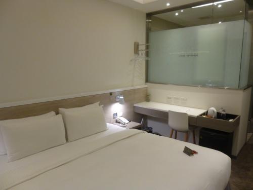 今回は間際予約で、ここしか空いていませんでした。<br />Elite King Roomです。<br />部屋は狭いですが、天井が高いので、狭さは軽減されているように感じました。<br />本当に清潔で、デザイン性がありました。<br /><br />テレビはベッドの前にあり、NHKも見ることができたので、着替えたりして、少し横になり、紅白をチラ見しました。寝心地もよかったです。