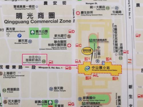 ホテルは新しいため、駅の案内図にはシールで対応されていました。<br />出口1番を出たら真っ直ぐ通り沿いに進みます。<br />駅に近いので苦にはなりませんでした。