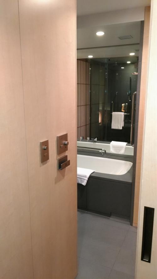 入り口から右手はお風呂とトイレ。<br />子供を入れるには、若干床が滑りやすいのと、洗い場がシャワーブースで独立しているのが不便でした。<br />でもこちら側も障子を開けるとすぐベッドになっているので、お風呂からあげてそのまま寝かせて着替えさせられるところは良かったです。<br />トイレはきちんと扉付き、トイレ内に手洗いつき。自動開閉はしないけど、自動洗浄ありのタイプでした。