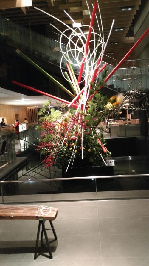 キャピトルまでは、タクシーで10分ちょっと、2000円弱でした。<br />ロビー階は三階で、エントランスではお琴の演奏がありました。<br />思ったよりこじんまりしたホテルです。