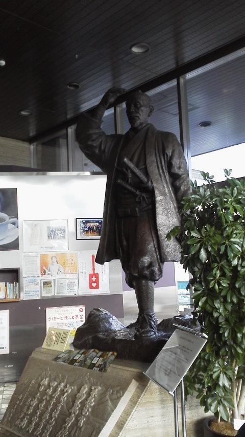 バスで大通り周辺まで行きました。<br />小雨が降っていたので市役所へ。ロビーに島義勇の像があります。