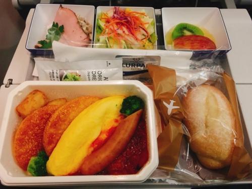 機内食の朝ごはんは、ANAもJALも同じ感じかな。<br />ANAの方がちょっと美味しい気もする…。<br />でも、JALはお味噌汁くれるところが好き(*^-^*)<br />