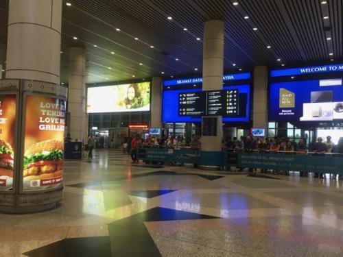 だいたい定刻にクアラルンプール着。<br /><br />ANAとマレーシア航空は系列が違うので、ここでスーツケースを受け取って預けなおしです。