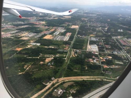 国内線で1時間弱でペナン島へ。<br />飛行機の窓から見えるマレーシアの緑がいいですね(≧∇≦)<br />