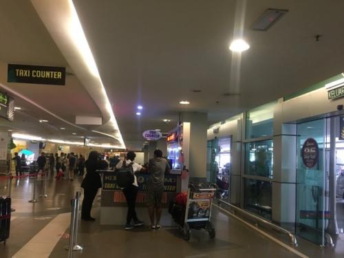 ペナン島では、荷物を受け取って出口を出てから、そのまま少し進むとタクシーカウンターがあります。<br />ここで行き先(ホテル)を告げて料金を払って、チケットをもらいます。<br />定額で運転手さんとの交渉が要らないので、ペナンの空港のタクシーは本当にありがたい(*^-^*)<br /><br />私たちの滞在するホテルはバトゥフェリンギ地区にあるので、タクシーでは1時間近くかかります。<br />知らない土地で最初に乗るタクシーで、遠距離だと不安になりますもんね…。<br />ペナンではその点、安心です(*^-^*)<br />