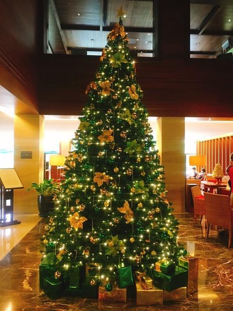 宿泊はラサウィングだったので、ラサウィングのロビーへ。<br /><br />大きなクリスマスツリーがお出迎え。