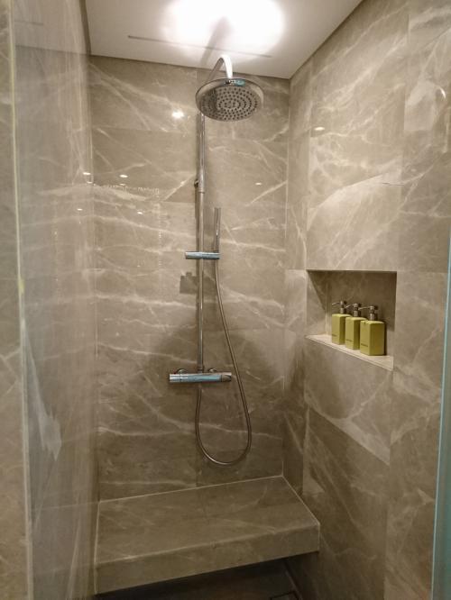 シャワーはレインシャワー?と手持ちのシャワー。<br />水圧があまり良くなかったのでレインシャワーでじゃぶじゃぶ浴びた方が気持ち良かったです。<br /><br />腰掛みたいになっている所があるのは足を洗う時等便利でした。