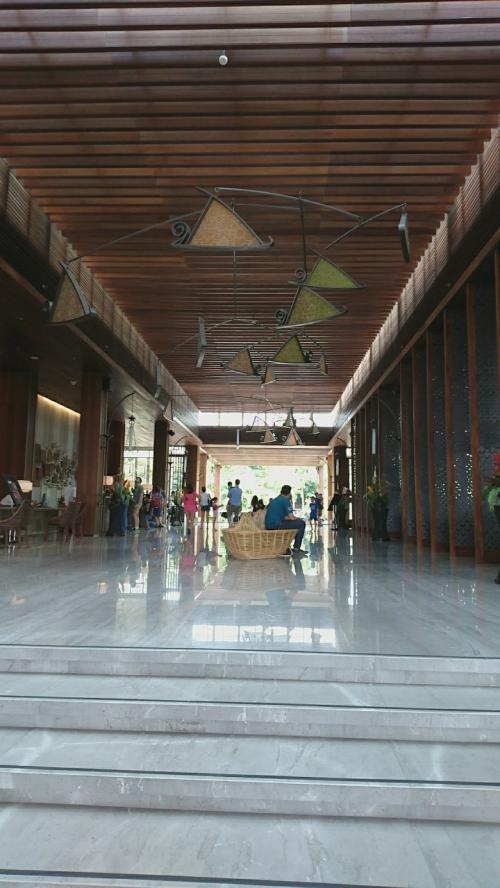 空港からタクシーで「Movenpick Resort & Spa Jimbaran Bali」へ向かいました。(Rp250,000)<br />ホテルのロビーは開放的で気持ちいいです。<br /><br />(位置情報はお向かいにあるレストランの情報です)