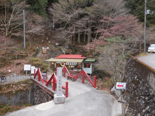 最初の目的地は桧原村にある「大滝」へ。<br />かなり山間にあるので人なんて居ないかと思っていんだけど、鍾乳洞があるので売店がありましたね。