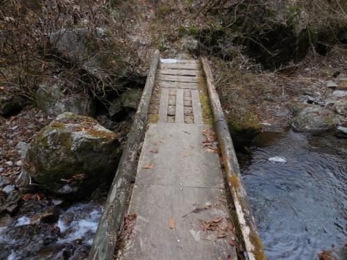 滝へ行くにはこの橋を渡るんだけど、大分くたびれてましたなぁ。