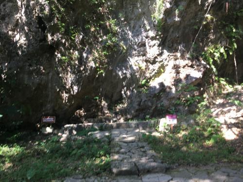 <br />最初の拝所である大庫理。大広間や一番座という意味をもち、祭祀的な機能を持つ格式の高い場所です。ここでは琉球の最高位の神女の「お名付け(霊威づけ)」の儀式が行われていたとされる。 <br />緑豊かな大地に突き出る岩石の趣に、自然のエネルギーと共鳴してパワーをいただくことが出来そうです。