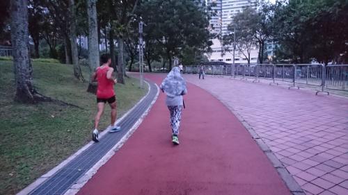 ジョギングをされる方、たくさんいました。<br />ムスリムの女性もこの格好で走っています。