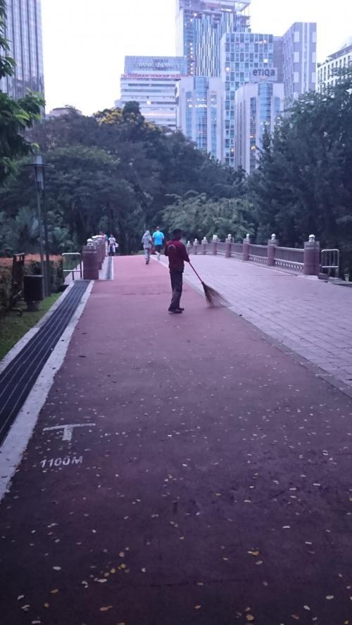 東南アジアの朝のほうきでの掃除の光景が好きです。<br />マレーシアでもタイでも一般的な光景です。