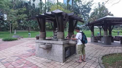 公園内の水飲み場。<br />地元の人は水を汲んだりしていますが、僕は止めておきます…。
