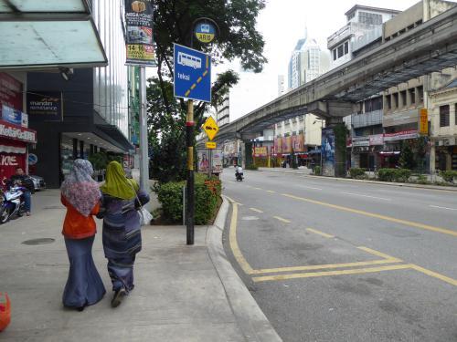 通りを歩くムスリムの女性。<br />異国情緒たっぷり。