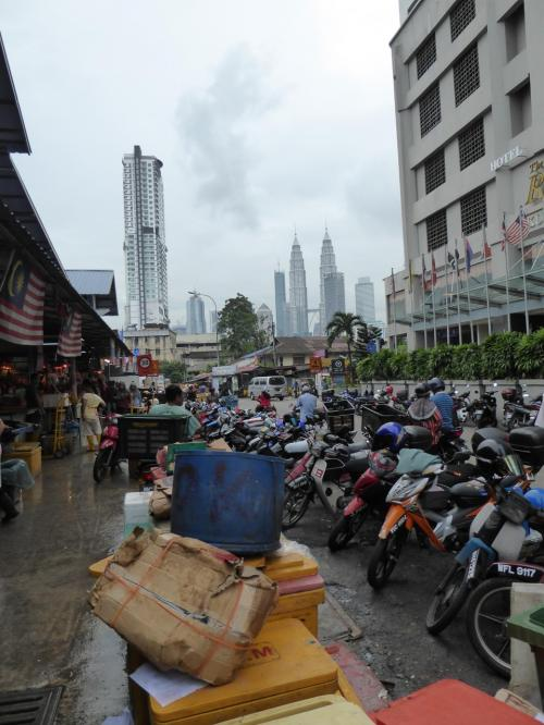 市場前の駐輪場とツインタワー。