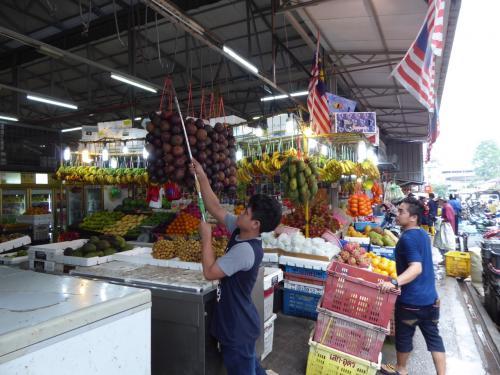 果物ゾーンでは商品入荷中。