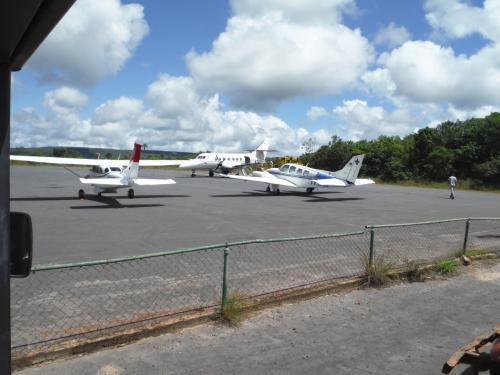 カナイマ空港。ローカル感いっぱい。晴天が期待感を持たせます。<br />入村料を支払う。1センチ位の札束だ。旅行社が用意してくれる。<br />