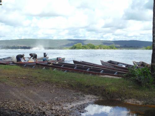 到着後、直ぐ出発するとの事。ボート乗り場へ。丸太船の様な頑丈なやつにYAMAHAのモーター付きで出発。