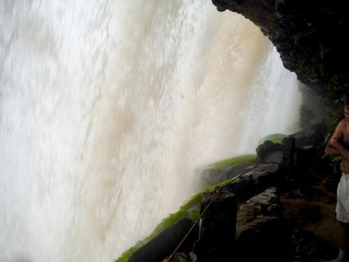 この湖の奥のサポの滝に行く。滝裏を歩けるのだ。水量がタップリで<br />大迫力。もう無理と言うまで奥に進む。ここは外せないなー。