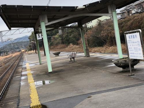 今回は、「行き」と「帰り」がほぼ同じルートですので、「行き」にうまく抑えられなかった途中駅の風景を「帰り」に頑張って抑えていこうと思いつつ、いよいよ帰りに向かうための列車がやってきました。