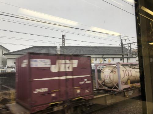 元気よく?貨物列車をすれ違いました。在来線特急がなくなりましたので、渋滞知らずの貨物列車の需要はもっとありそうな気がします。