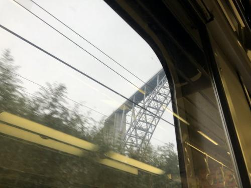 突然高いところにある橋の下を