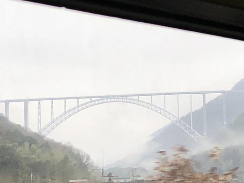 こんな橋です。地図で調べるとこの橋は広島空港をつなぐ橋と判明しました。