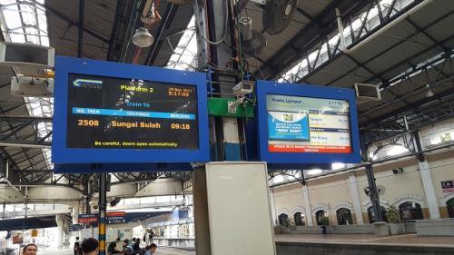 クアラルンプール2日目、今日の予定は、バトゥーケーブとブルーモスク見学。<br />ホテルで朝食を摂って、MRTでパサール・スニ駅へ、<br />この辺りは中華街のようです。<br />KTM(国鉄)に乗換えバトゥ・ケーブス駅へ<br />列車が40分程度遅れ到着、でも案内もなければ掲示板も列車が到着していなくても次の列車へ変更されます。