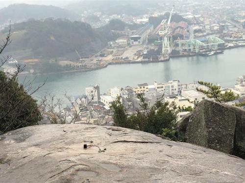 これは有名な「ぽんぽん岩」ですが天候が悪く滑りやすいので撮影のみ