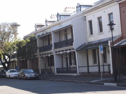 JALパックの「シドニー虹色散歩」 に参加します。  曜日毎にルートが決められていて、日曜日の「ロックスウォーキングツアー」です。<br /><br /> オーストラリア発祥の地、古き良き時代の建物を巡ります。