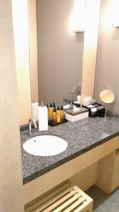 基礎化粧品、オイルクレンジングはありますが、バスエリアにもここにも洗顔フォームはありません。