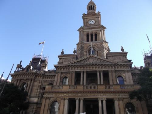 「タウンホール」 時計台があります。  1869年に市庁舎として建てられ、今はコンサートホールとして使われています。