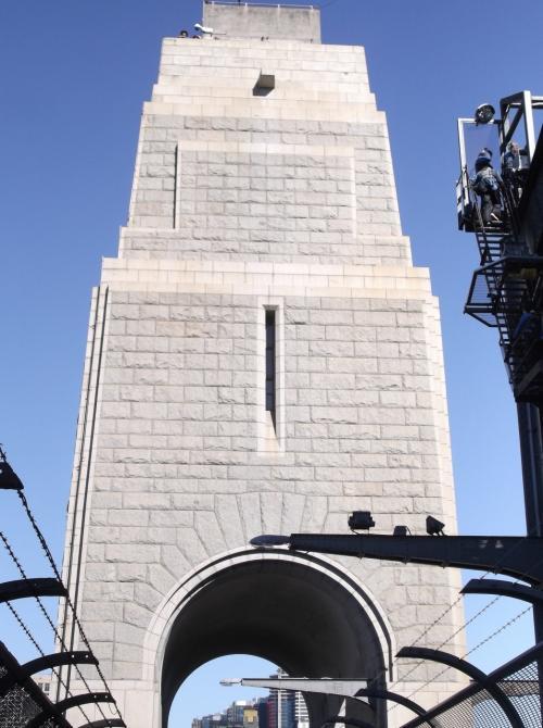 「バイロン展望台」  ハーバーブリッジを支える柱のひとつが、展望台になっています。