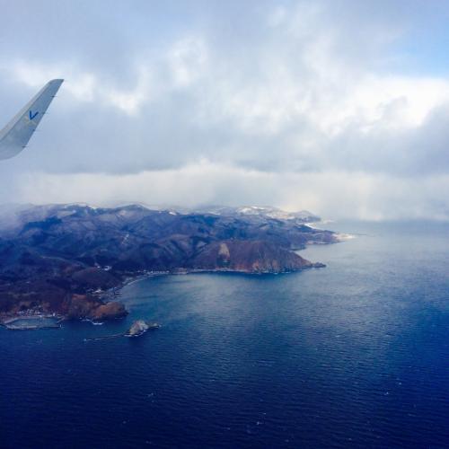 いつ引き返す判断はされるのか?<br />着陸態勢に入ったということはもしかしてたどり着くのか?<br />飛行機はどんどん進み、北海道の大地が視界に入ってくる。<br />雲と海や大地の間にある白い霧みたいなやつ、雪だろうか?