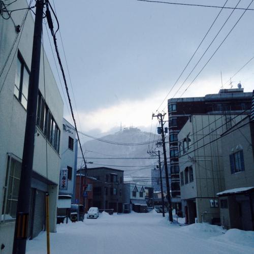 宿の方へ歩いていく…と…左側に…何か…!<br />函館山だ!!<br />息をのむ。