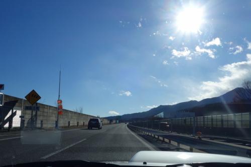 母は息子に甘い。<br /><br />バタバタと準備し、2時前に出発。<br />目指すは 鼻先のニンジン=牡蠣 だ。<br />助手席で22時以降でも牡蠣が食べられるお店をググる。<br /><br />広島まで650km。東京ー八戸くらいに相当。<br />フツーなら飛行機か新幹線で行く距離だが、我が家は車で行くのがデフォルトだ。<br /><br />途中滋賀の竜王で渋滞発生。<br />マニュアル車は大変ね~ 頑張ってね~(他人事)