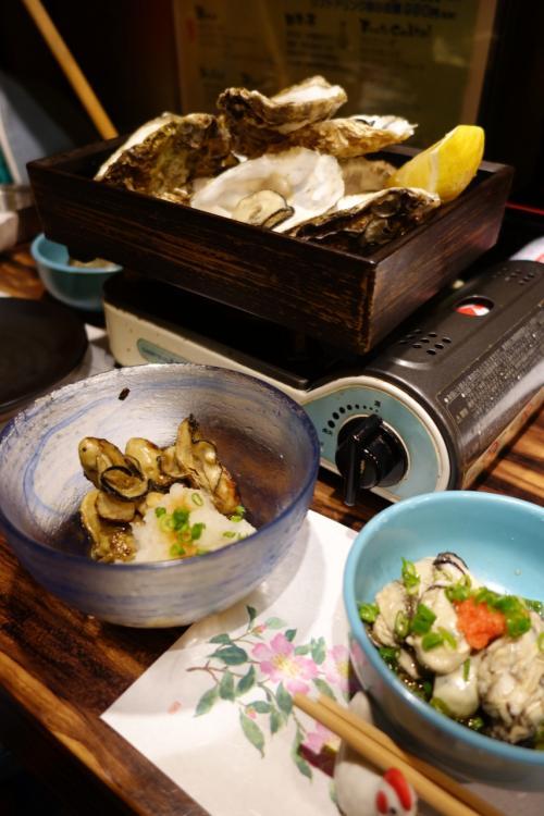 殻付きの焼き牡蠣、酢牡蠣、塩焼き?燻製?<br />何がなんだかわからん。<br />いっぱい出てくるのでとにかく食べまくるのみ。<br /><br />全体的に粒は小さめ。でもバリエーションが豊富。<br /><br />ワイルドに焼き牡蠣を食べ続けたいなら、海の近くの牡蠣小屋へ。<br />いろんな料理で食べたい、市街地・深夜という条件ならこういう牡蠣専門の居酒屋へ。<br />殻を開けるのが苦手、焼き牡蠣ばかりじゃ飽きる人はこっちがオススメです。