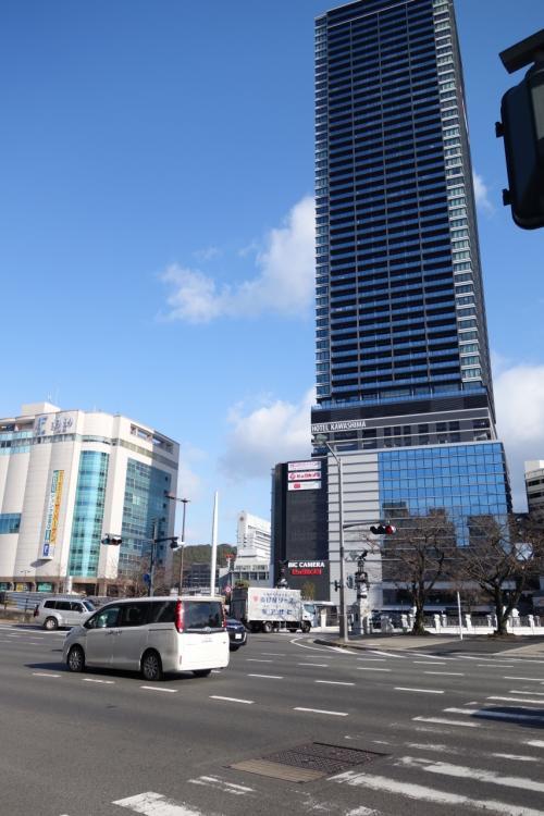 ホテルの前はこんな感じ。<br />いつの間に?!駅前にタワーマンションができてる、スゴい。<br /><br />広島駅まで徒歩3分だし、広電の的場町も近くて便利。<br />ただし駐車場は3台のみ。隣の契約駐車場は時間に規制があるので車の方はちょっと注意が必要です。