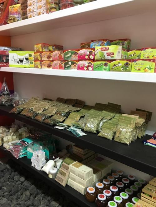 ヨルダンのお菓子やハーブが売られていました。
