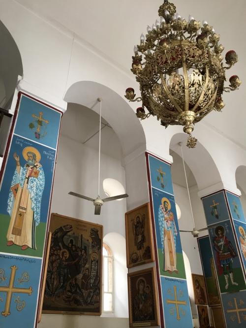 壁や柱に宗教画が描かれていました。