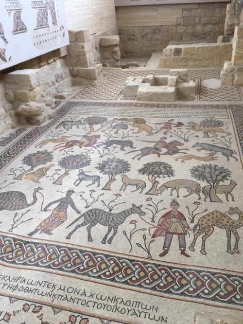 ここにも聖ジョージ教会同様、モザイク画が床にありました。