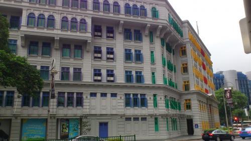 カラフルな窓の建物も。