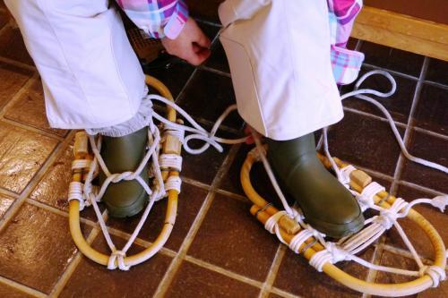 ちょっとコツはいりますが、そんなに難しくはありません。<br /><br />が、ひもは「縄」なので長靴がこすれて傷ついちゃったから、借りたほうがよかったかな。
