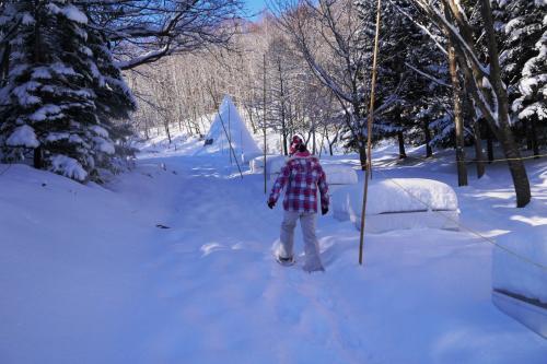 雪の中を、えっさほいさと歩いていきます。<br /><br />かんじきを履いているのでずぼっとは埋まらないけど、それでも普通に歩くよりは大変。
