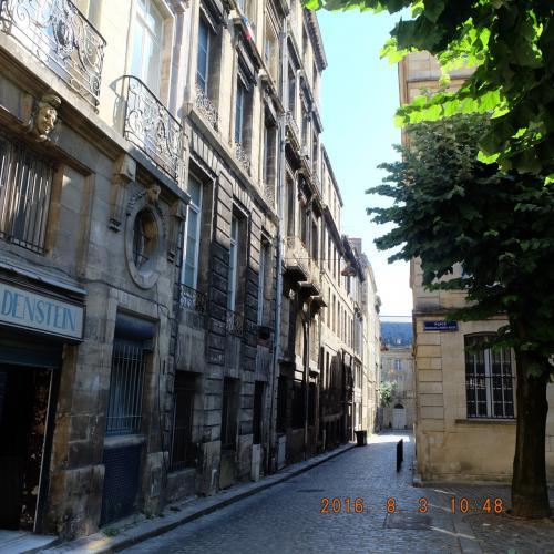 ボルドー旧市街の彼女の好きな通りを紹介してもらいます。